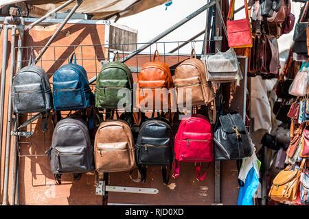 ... Florence, Italie de nombreux sacs sac à main en cuir de couleurs  éclatantes en couleur 57431d9966d