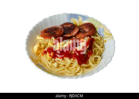 Spaghettis aux saucisses dans une assiette sur un fond blanc. Banque D'Images