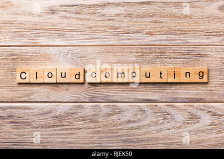 Cloud computing mot écrit sur une cale en bois. Texte sur l'informatique en nuage pour votre table en bois, design concept. Banque D'Images