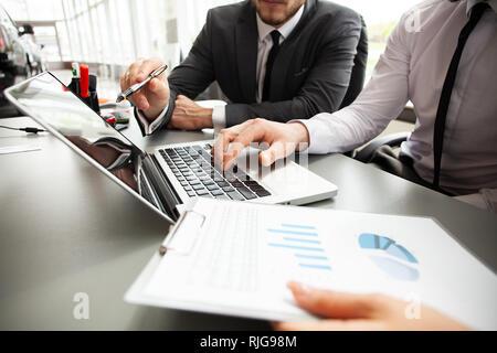 Réunion de l'équipe de co-working, concept businessteam working on project en utilisant smartphone et tablette numérique et un ordinateur portable dans un bureau moderne.