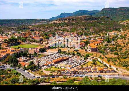 Bosa, Sardaigne / ITALIE - 2018/08/13: Vue panoramique de la ville de Bosa et collines environnantes vu de la colline du château de Malaspina