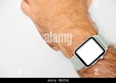 Homme portant un appareil portable de flou artistique - vue sur le suivi de la santé montre à l'écran blanc blanck Banque D'Images
