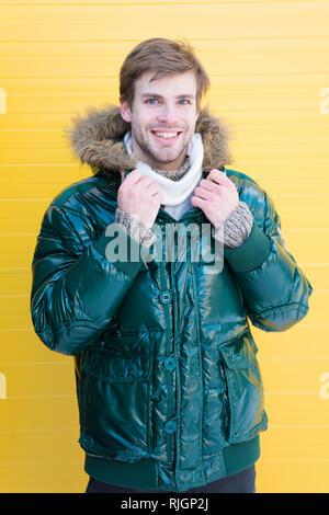 fd6b4c5c943872 ... Guy porter veste chaude avec capuche. Se sentir à l'aise dans des  vêtements