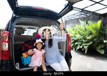 Maman et enfant prêt à aller à la plage Banque D'Images