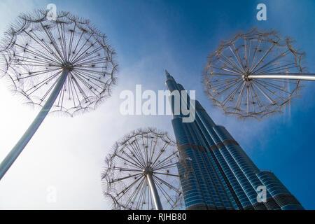 Vue sur le Burj Khalifa à partir de l'espace urbain de la marina de Dubaï