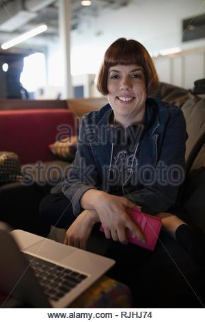 Portrait confident businesswoman working at laptop Banque D'Images