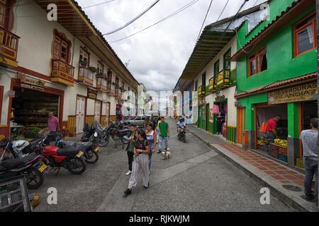 Filandia, Colombie- 9 septembre 2018: dans la rue bordée de maisons colorées dans le centre de la ville Banque D'Images