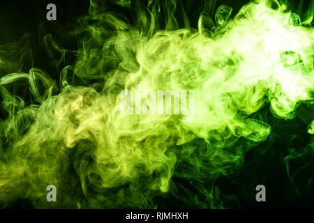 L'art abstrait de couleur verte sur fond noir de fumée isolés. Arrêter le mouvement de la fumée multicolore sur fond sombre Banque D'Images