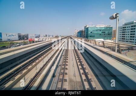 Sheikh Zayed Road et de métro Chemin de fer. Lever du soleil à Dubaï. Banque D'Images