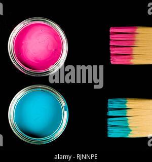 Rose et bleu avec les pots de peinture et pinceaux sur un Noir Backgorund Banque D'Images