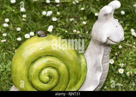Sur un escargot escargot décoratif dans un jardin, printemps, Pas de Calais, France Banque D'Images