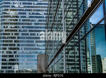 Les reflets dans les fenêtres d'un immeuble de bureaux de grande hauteur La Defense , Paris