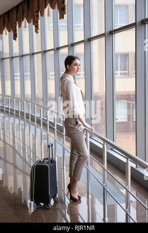 Jeune femme à l'aéroport international. Passagère à termin Banque D'Images