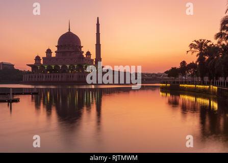 Mosquée Putra au lever du soleil à Putrajaya, Malaisie Banque D'Images