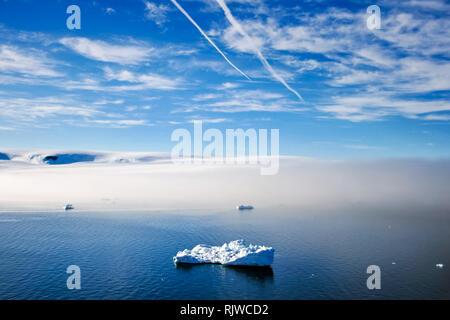 Iceberg dans l'océan Arctique. Paysage de l'Arctique, la toundra arctique et de la glace de l'océan Arctique. Banque D'Images