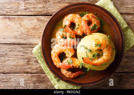 Cours principal de l'Amérique hispanique mofongo bouillon aux crevettes et gros plan sur une assiette sur la table. haut horizontale Vue de dessus Banque D'Images