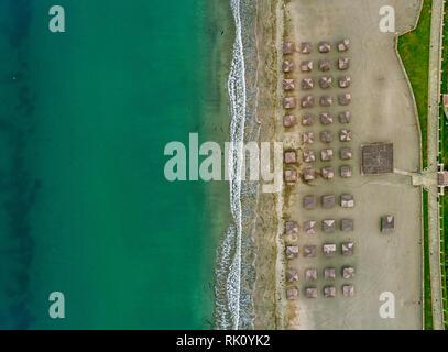 Vue à vol d'oiseau de parapluie de couleur dans une plage à Pomorie Bulgarie Banque D'Images