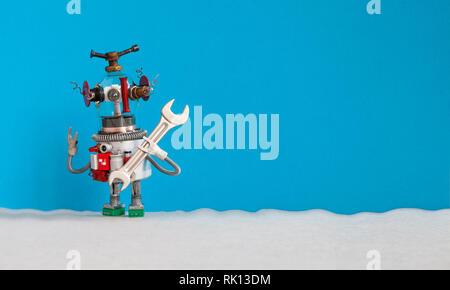 Concept d'entretien. Électricien bricoleur robot drôle prêt pour la réparation des travaux ménagers. Caractère de jouets robotiques avec clé à main, fond gris bleu Banque D'Images