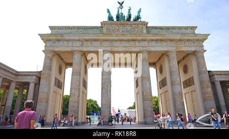 BERLIN, ALLEMAGNE - 21 juin 2017: porte de Brandebourg (Brandenburger Tor) C'est un 18e siècle de triomphe néoclassique à Berlin, l'un des meilleurs savoir-