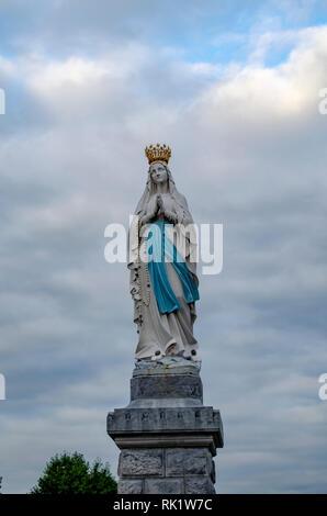 Lourdes, France; Août 2013: Statue de Notre Dame de l'Immaculée Conception. Lourdes, France, grand lieu de pèlerinage catholique