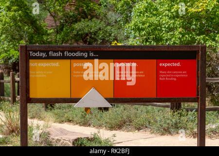 Panneau d'avertissement de crue au début de la promenade jusqu'Zion Canyon, Zion National Park, Utah, United States. Banque D'Images