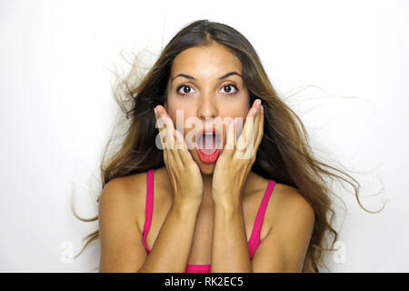 Surprise surprise femme. Closeup portrait femme à la surpris en pleine bouche grande ouverte d'incrédulité isolé sur fond blanc. Banque D'Images