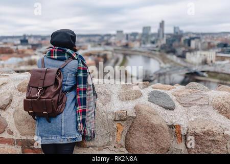 Veste en jeans fille élégante promenade au fond de Vilnius sur le dessus du château de Gediminas, Lituanie