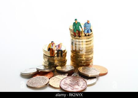 Image d'un diorama conceptuel miniture figure couple retraité et jeune couple assis sur une pile de pièces livre Banque D'Images