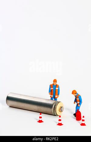Image de diorama conceptuel de gestion des déchets constitué d'ouvriers à miniture figure à une batterie Banque D'Images