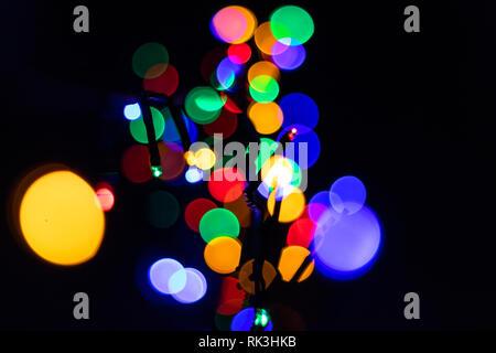 L'image colorée de Bokeh avec des lumières de Noël