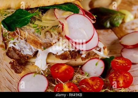 Pile de délicieux croque-monsieur avec différents y compris un rôti de beefand ingrédients salade de tomates, radis, oignons, fromage, sauce libre Banque D'Images