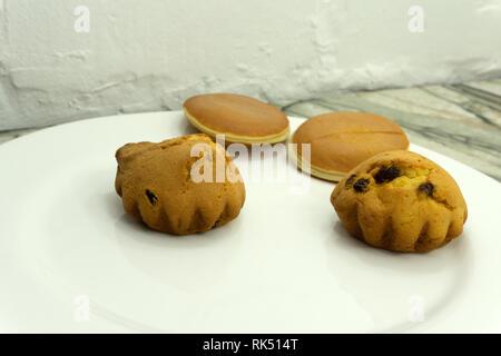 Son et en bonne santé avec du lait au chocolat muffins aux raisins muffins aux raisins . Banque D'Images
