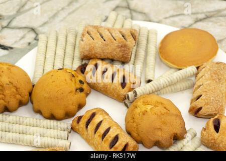 Muffins aux carottes et raisins secs à l'aide d'écrous de l'avoine sur un arrière-plan en pierre bleue Close up avec copie espace. Banque D'Images