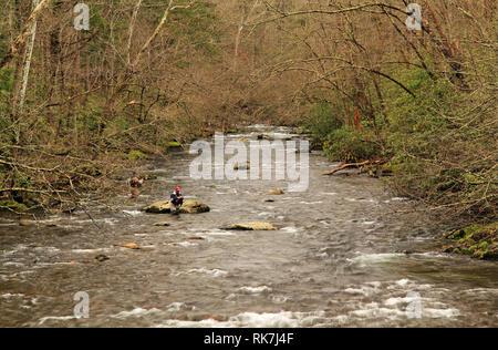 Les pêcheurs tentent leur chance sur la petite rivière près de la Elkmont quartier historique dans le parc national Great Smokey Mountains Banque D'Images