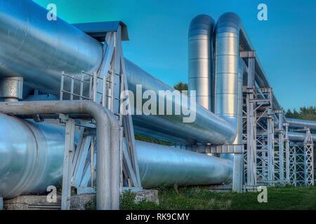 Zone industrielle. L'équipement de raffinage du pétrole. Close-up of pipelines industriels d'une usine de raffinage de pétrole Banque D'Images
