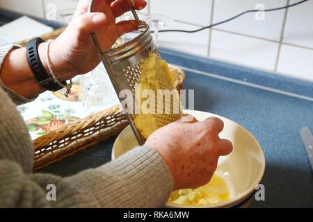 La Thuringe, Allemagne. 10 fév 2019. Une femme de la communauté Petri frotte pommes de terre après la première boulette de Thuringe. Dumpling dimanche commence avec un service autour de la pomme de terre. Les boulettes de Thuringe sont alors produites ensemble et mangé avec du choux rouge et des roulades. Photo: Bodo/Schackow Zentralbild-dpa/dpa dpa: Crédit photo alliance/Alamy Live News Crédit: afp photo alliance/Alamy Live News Banque D'Images