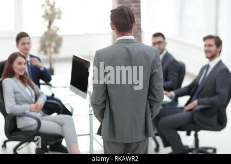 Vue arrière de l'homme portrait Présentation de l'entreprise donnant à ses collègues dans la salle de conférence. Banque D'Images