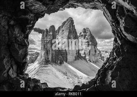 Les Tre Cime di Lavaredo sommets de montagnes dans les trois sommets Nature Park. Vue d'une guerre de la galerie Monte Paterno. Les Dolomites. L'Italie. L'Europe. Banque D'Images