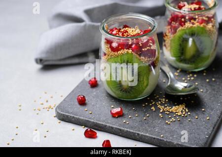 Le quinoa soufflé avec Parfait au yogourt, de kiwi et de graines de grenade, Healthy Dessert Banque D'Images