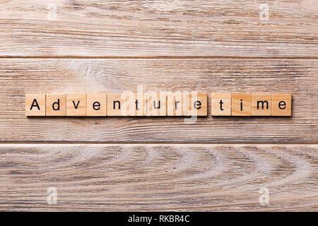 Temps d'aventure mot écrit sur une cale en bois. Temps d'aventure texte sur table en bois pour votre conception, concept. Banque D'Images