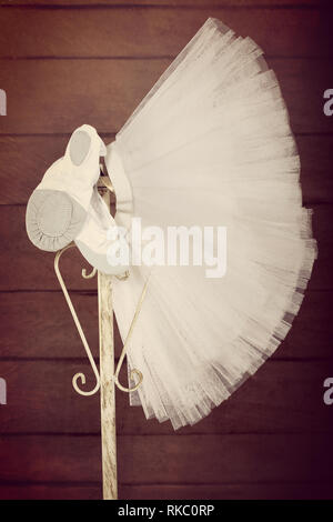Les pointes des chaussures de ballet avec la jupe tutu accroché sur le stand, Close up vintage view Banque D'Images