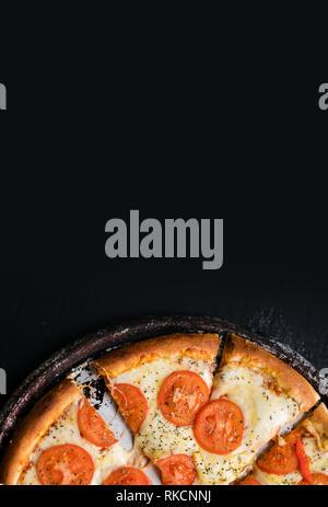 Sex des pizzas Margarita prêt à manger. Vue de dessus, copiez l'espace pour votre texte, Meru, recette. Banner Banque D'Images