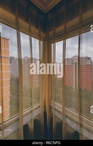 Regardant à travers les rideaux Ancien appartement de ville d'angle de l'Asie du paysage résidentiel Banque D'Images
