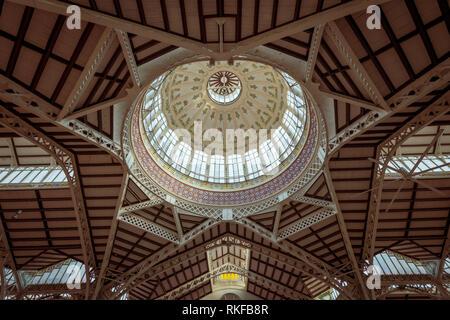 Le plafond en dôme orné à l'intérieur du Marché Central, du Marché Central, à Valence, Espagne. Banque D'Images