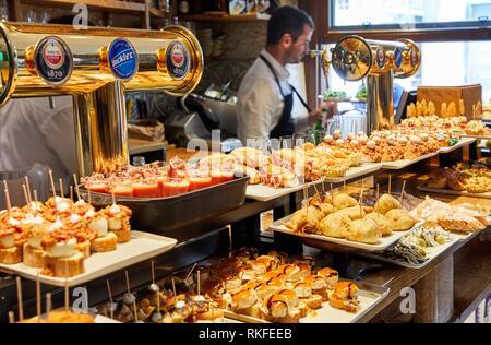 Pintxos, Portaletas Bar Restaurante, Parte Vieja, la vieille ville, Donostia, San Sebastian, Gipuzkoa, Pays Basque, Espagne Banque D'Images