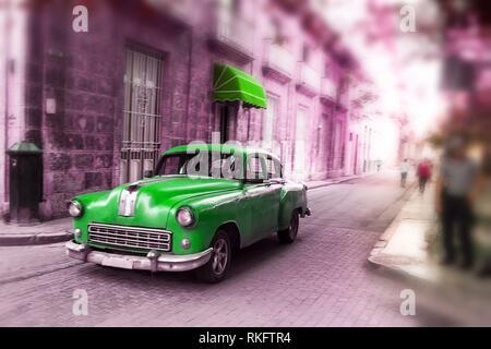 Green, vieille voiture classique américaine en route de la vieille ville de La Havane (Cuba).