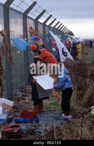 Greenham Common Women's Peace Camp où une clôture a été érigée à la base de l'Amérique dans le Berkshire où les missiles Trident étaient fondées Banque D'Images