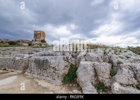 Ruines du théâtre grec du 5ème siècle avant J.-C. dans le parc archéologique de Neapolis, la ville de Syracuse en Sicile, l'île de l'Italie. Banque D'Images