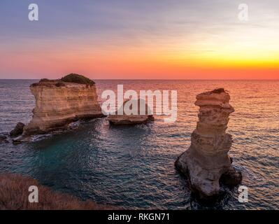 Ville Meledugno en Italie, Région des Pouilles. Vue spectaculaire au lever du soleil sur Santo Andrea falaises. Banque D'Images