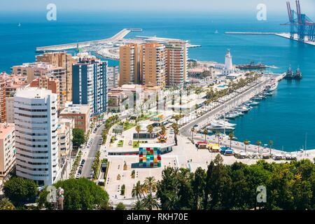 Vue aérienne de la ville de Malaga, Espagne. Phare et marina.